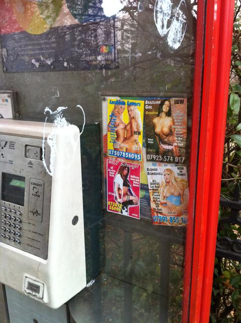 Photos coquines dans les cabines téléphoniques