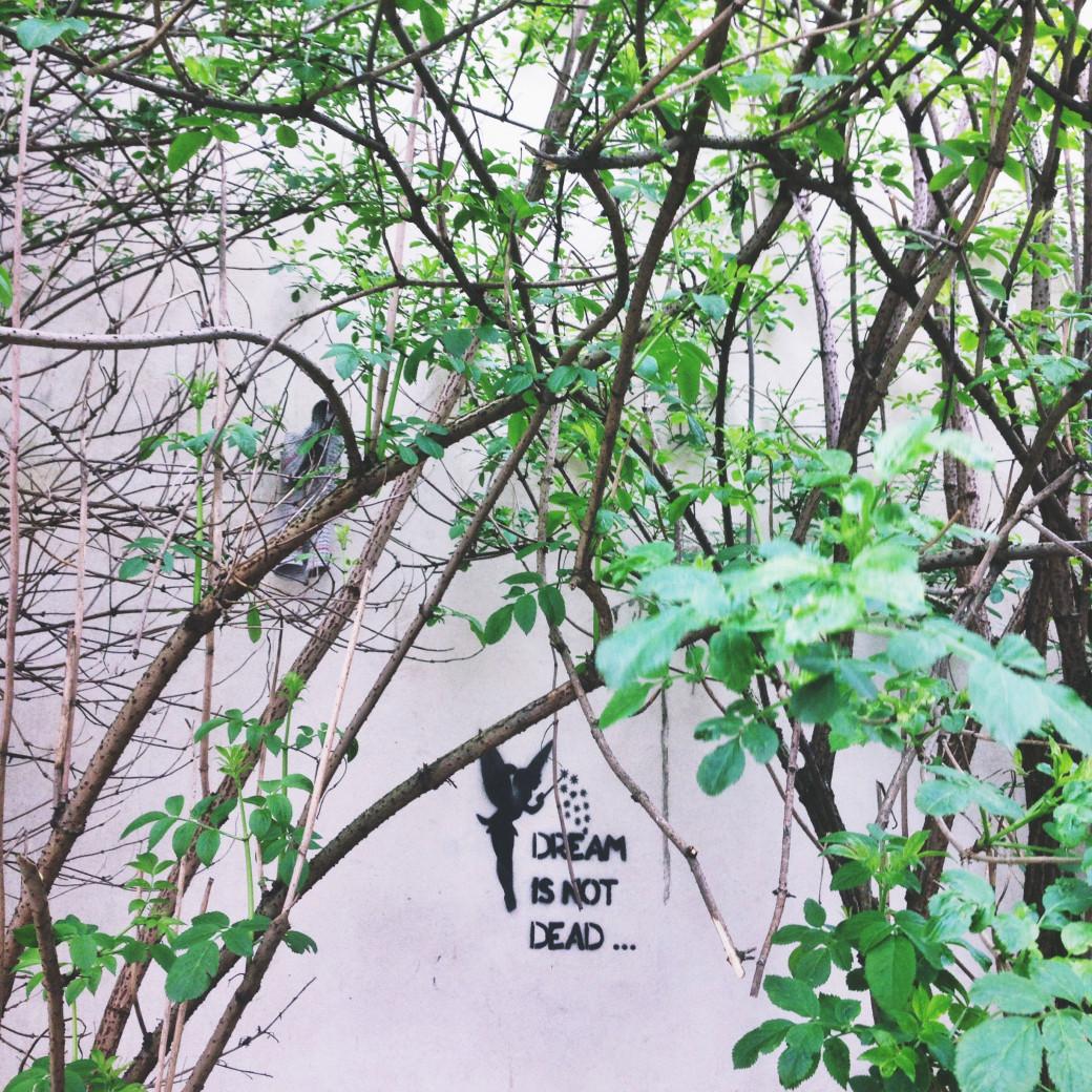 Street art délicat, capturé dans une ruelle rennaise.