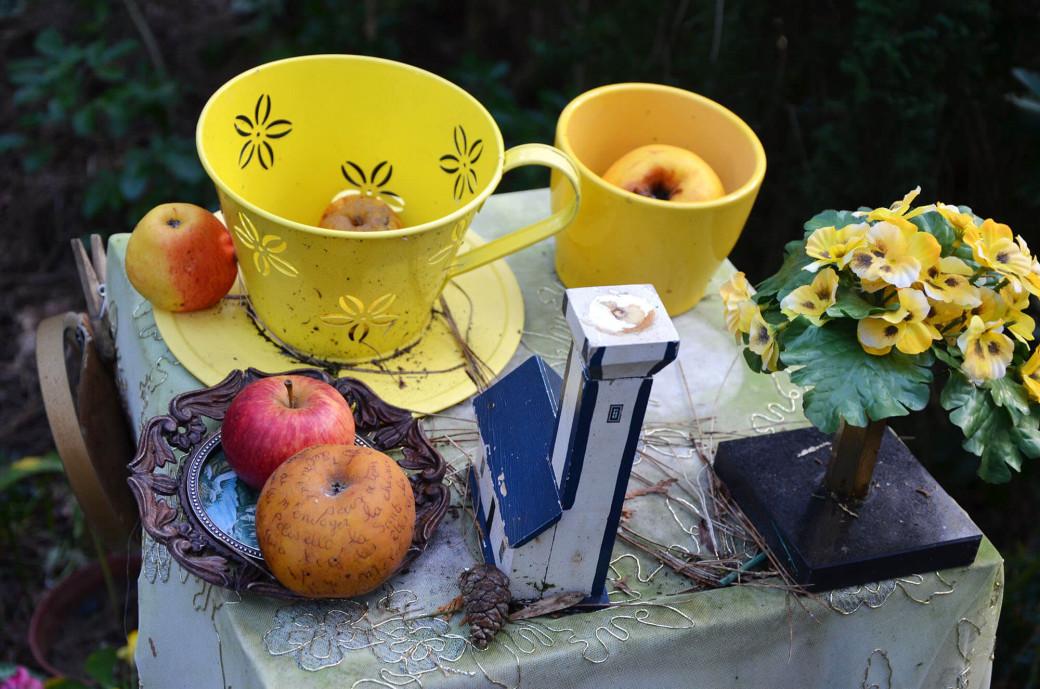 Des pommes sont offertes au saint