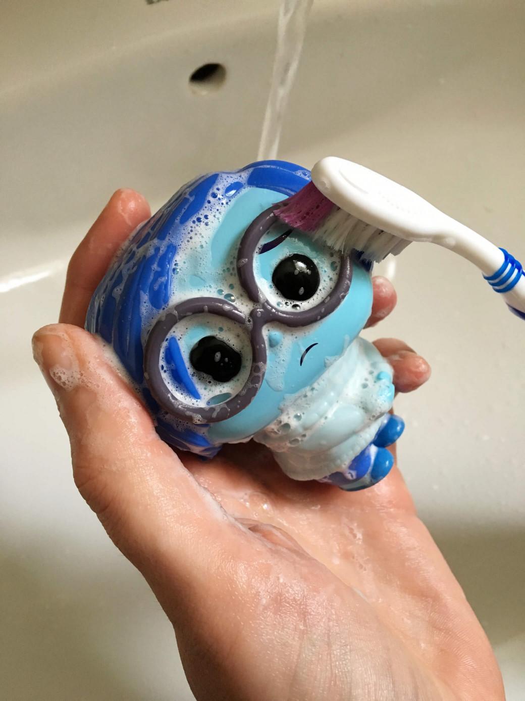 Nettoyage de la figurine avec une brosse à dents