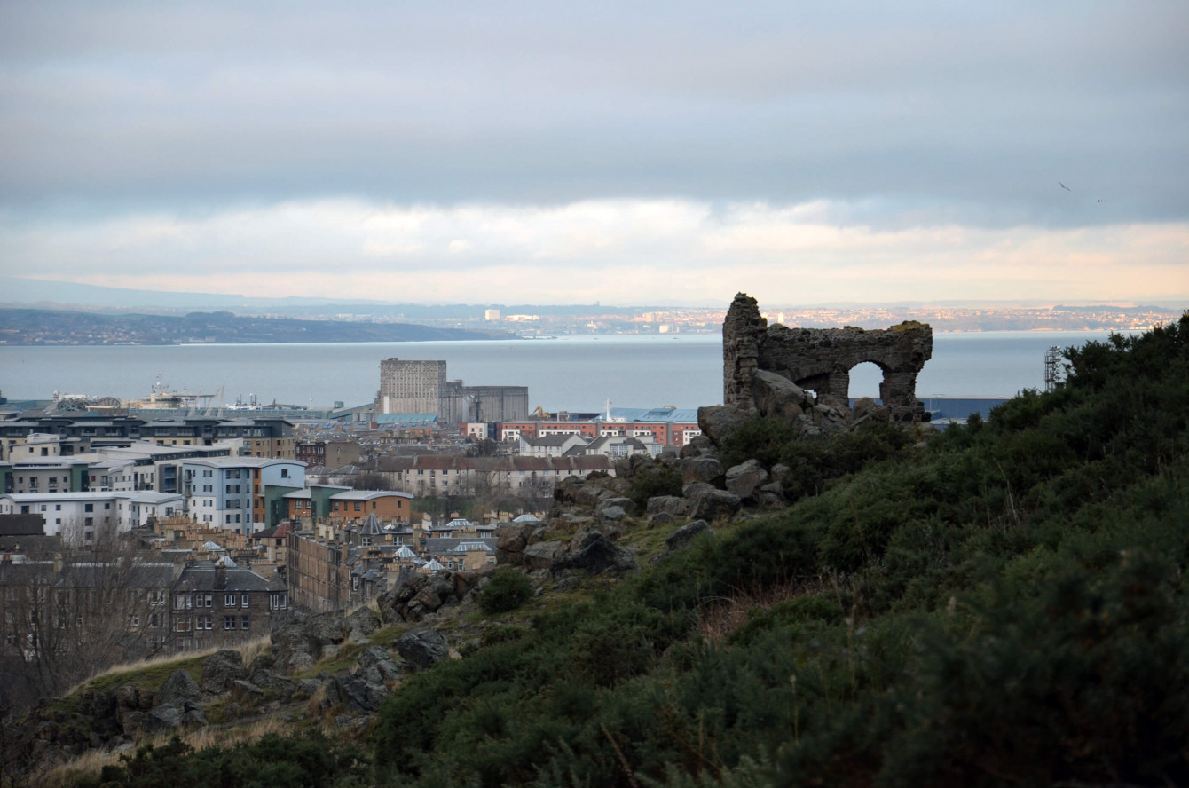 Ruines à Holyrood Park et vue sur la mer