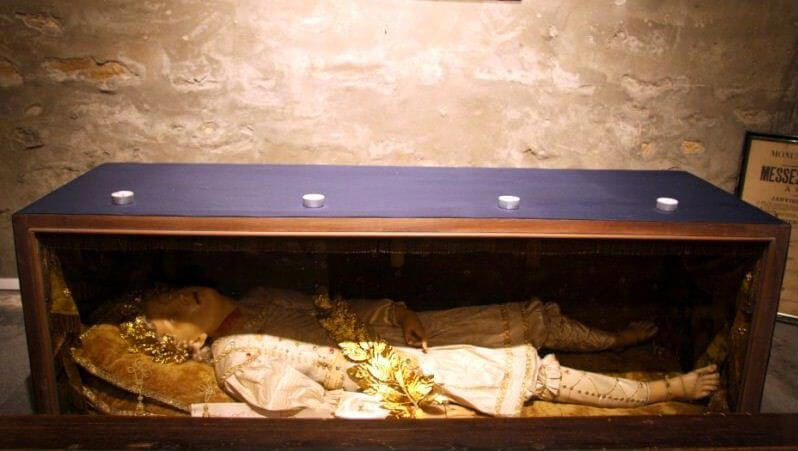 Gisant allongé dans la crypte des Brotteaux.