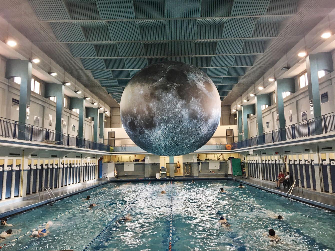 Lune géante suspendue au-dessus de la piscine Saint Georges