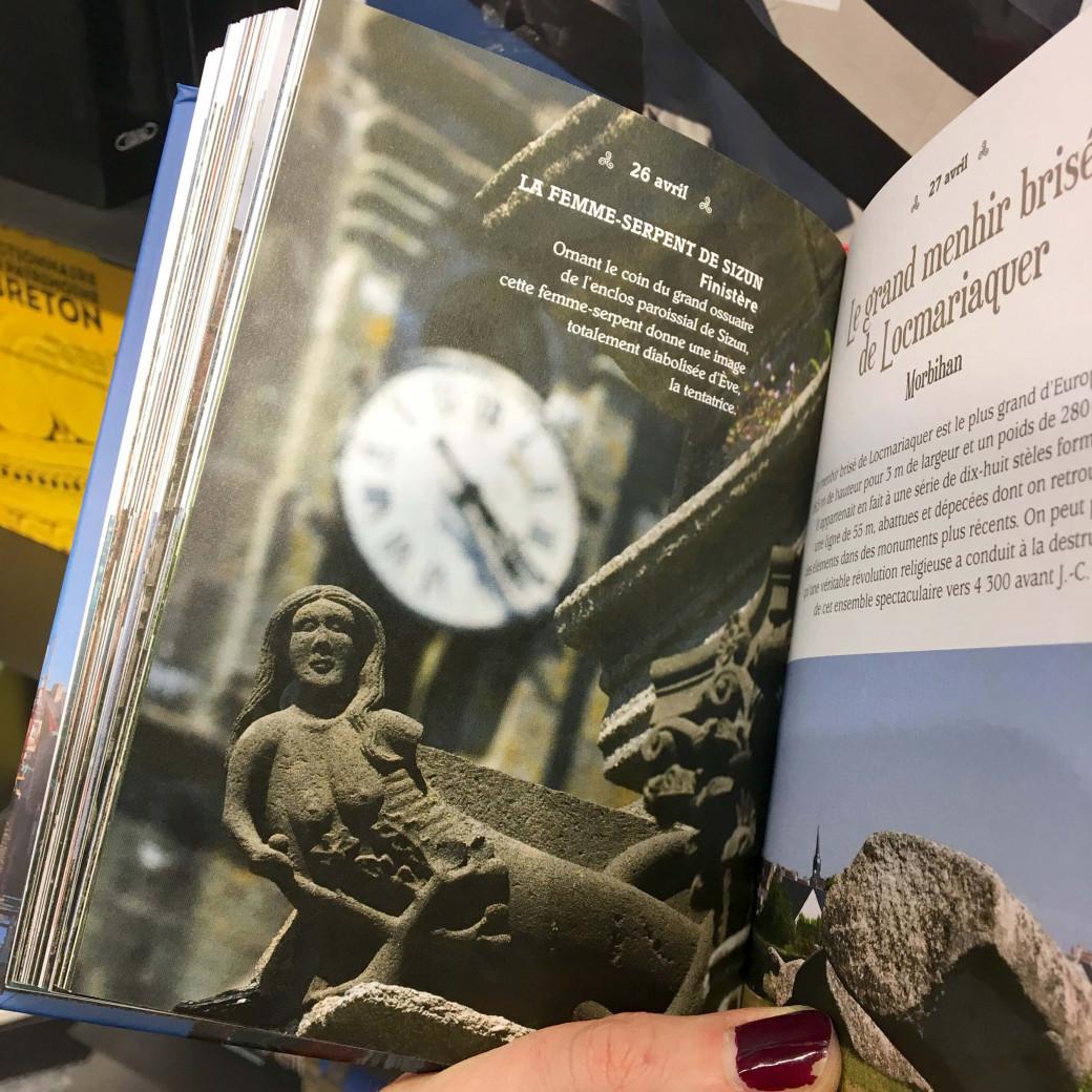 Feuilleter des livres sur les curiosités bretonnes