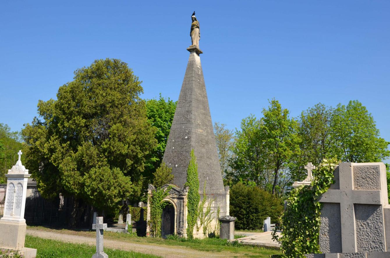 L'obélisque monumentale de la famille Pléney.