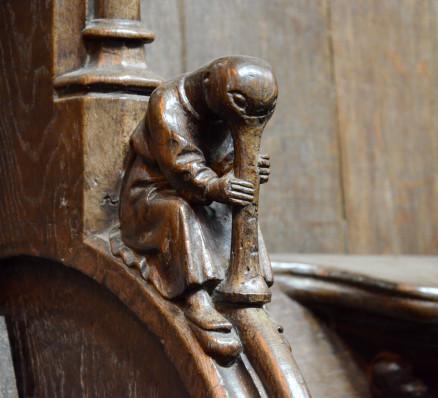 Sculpture de canard jouant de la flûte avec son propre bec.